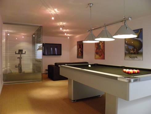 Games Room: Salas multimédia modernas por Pure Allure Interior