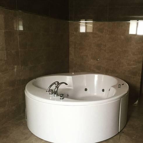 Maadi Villa: classic Bathroom by Architecto