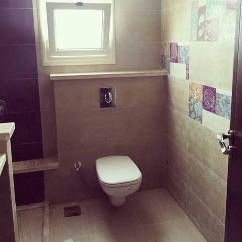 Ard l Golf: colonial Bathroom by Architecto