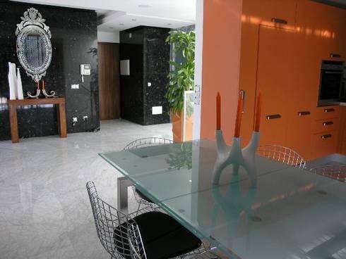 Apartamento Praia da Falésia -Penthouse 2004: Cozinhas modernas por Atelier  Ana Leonor Rocha