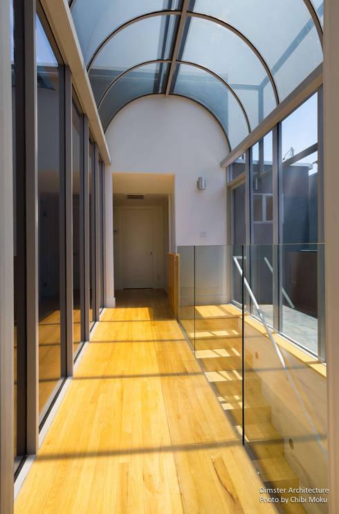 Pasillos y recibidores de estilo  por Chibi Moku