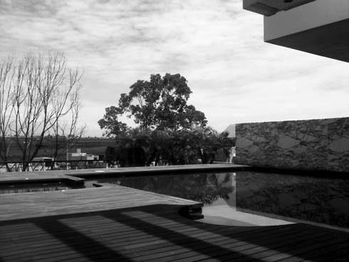 Otawa: Albercas de estilo moderno por [GM+] Arquitectos