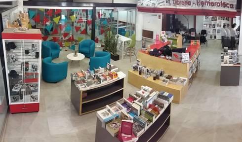 LIBRERÍA – HEMEROTECA <q>LA JORNADA</q>: Espacios comerciales de estilo  por CAXÁ studio