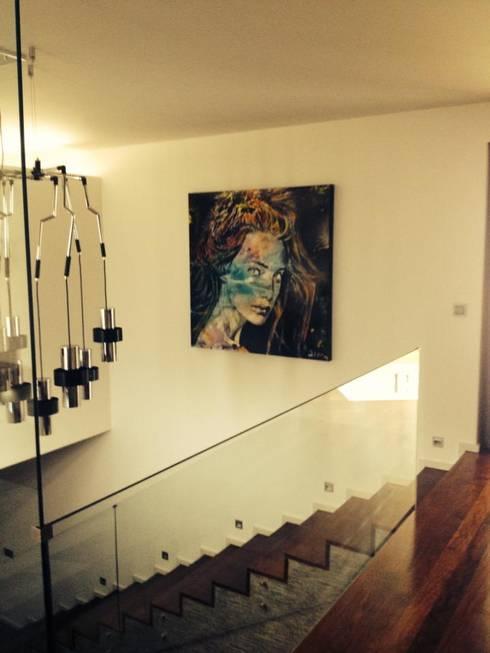 Moradia em Guimarães: Corredor, hall e escadas  por Lili Miranda-Designer de Interiores