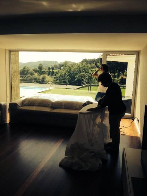 Moradia em Guimarães: Sala de estar  por Lili Miranda-Designer de Interiores