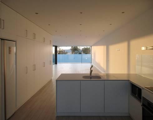 Cozinhas modernas por Utopia - Arquitectura e Enhenharia Lda