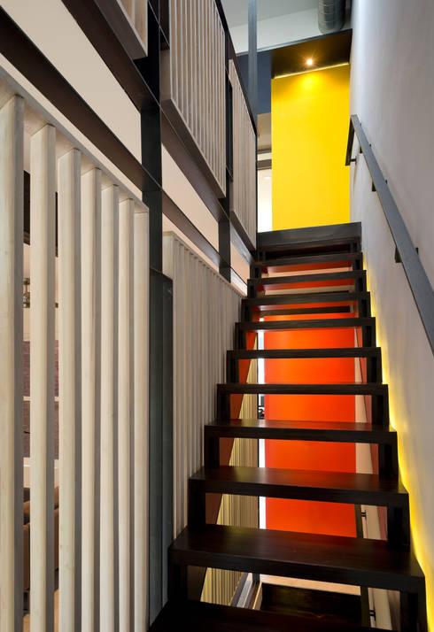 Mi Casita : Carmen's:  Corridor & hallway by KUBE Architecture