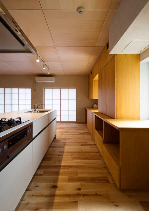 キッチン: アトリエ24一級建築士事務所が手掛けたキッチンです。