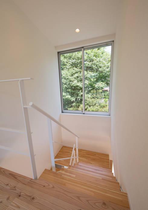階段: アトリエ24一級建築士事務所が手掛けた廊下 & 玄関です。