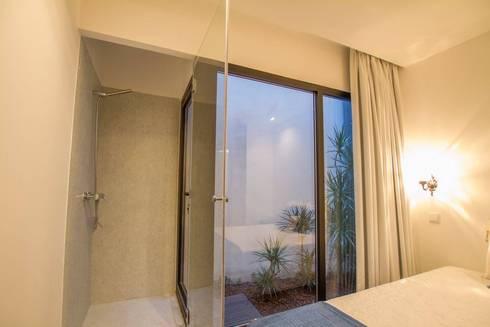 Casa dos Mercantéis: Quartos minimalistas por GRAU.ZERO Arquitectura