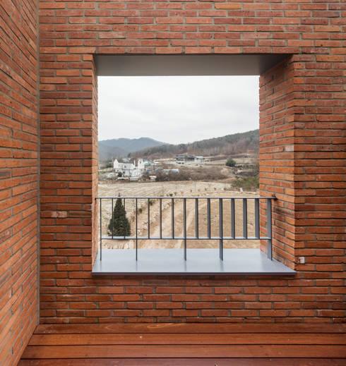 홍천 노일리 주택: 서가 건축사사무소의  베란다