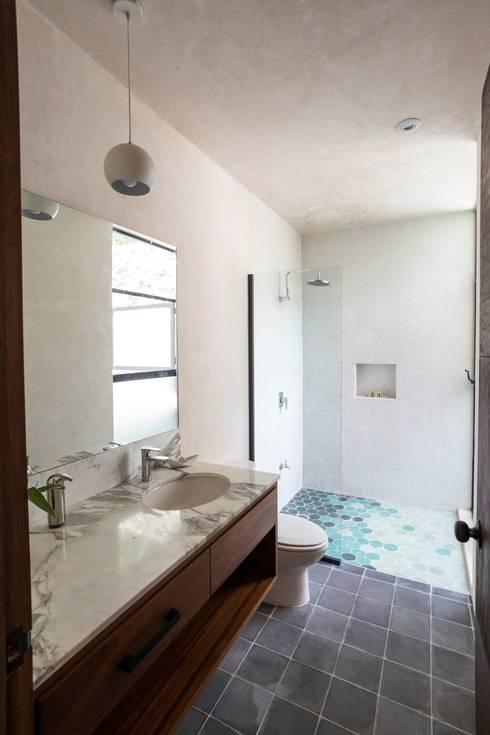 Baños de estilo  por Taller Estilo Arquitectura