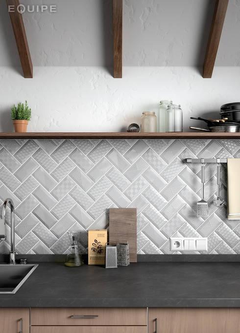 Metro Paradise Light Grey 7,5x15: Cocinas de estilo moderno de Equipe Ceramicas