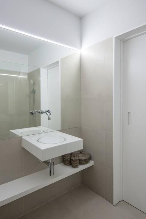 Casa de Banho: Casas de banho ecléticas por Tiago do Vale Arquitectos