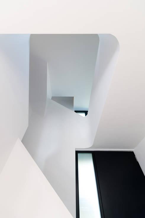 Pasillos y recibidores de estilo  por WSM ARCHITEKTEN