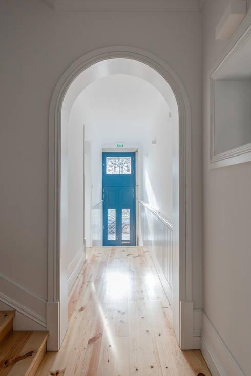 D. João IV: Corredores e halls de entrada  por Pedro Ferreira Architecture Studio Lda