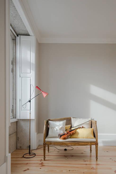 Sala de estar: Salas de estar minimalistas por Pedro Ferreira Architecture Studio Lda