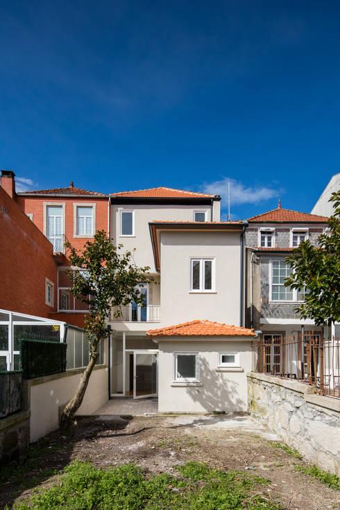 Vista do Logradouro: Casas minimalistas por Pedro Ferreira Architecture Studio Lda