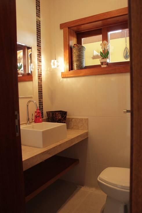 Baños de estilo rústico por canatelli arquitetura e design