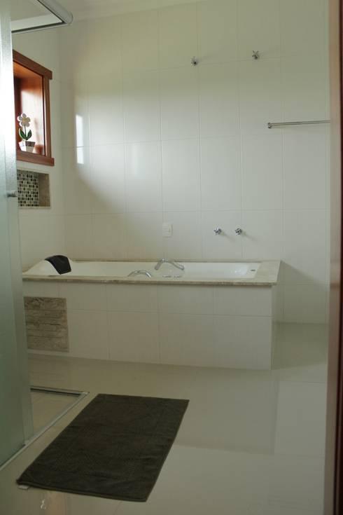 Projekty,  Łazienka zaprojektowane przez canatelli arquitetura e design