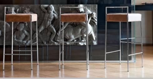 Bancos bar Bar stools www.intense-mobiliario.com  KRAM http://intense-mobiliario.com/pt/bancos-bar-metalicos/11118-banco-bar-kram-h65-cuh75-cu.html: Cozinha  por Intense mobiliário e interiores;
