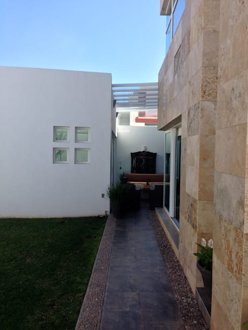 Pasillo antes de la intervención:  de estilo  por CABSA Taller de Carpintería & Arquitectura