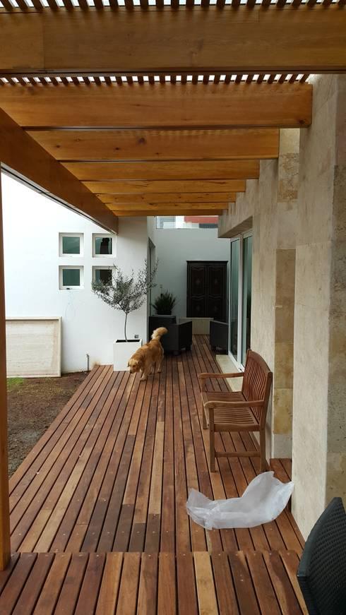 Pasillo después de la intervención:  de estilo  por CABSA Taller de Carpintería & Arquitectura