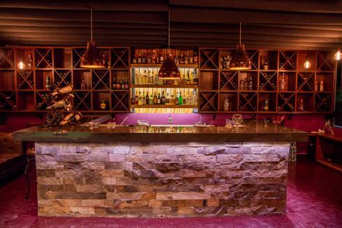"""AREA DE BAR """"BAMBOO"""", LA MORADA HOTEL BOUTIQUE & SPA, TEPOTZOTLÁN.: Hoteles de estilo  por rave arch"""