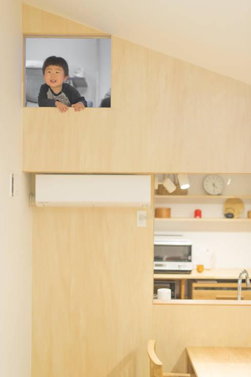 共有スペースとつながる子ども部屋: 加藤淳一級建築士事務所が手掛けたキッチンです。