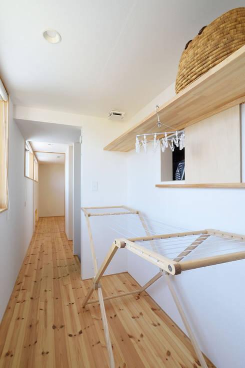 2階の廊下を利用した物干し場: 加藤淳一級建築士事務所が手掛けた廊下 & 玄関です。