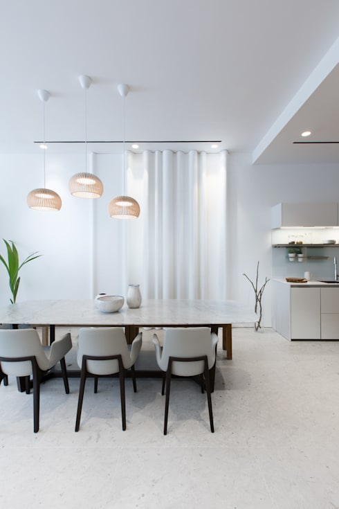 Minimalist Dining Room:  Dining room by Sensearchitects Limited