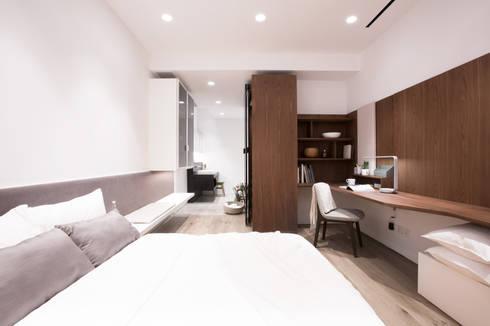 Minimalist Walnut Bedroom: minimalistic Bedroom by Sensearchitects Limited