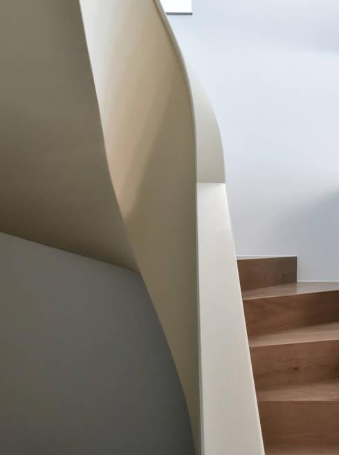 Projekty,  Korytarz, przedpokój zaprojektowane przez Claude Petarlin