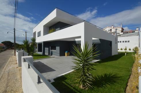 Portuguese Extreme Makeover: Casas modernas por Arquitecto Telmo