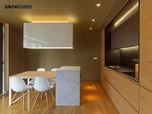 Piso Pitelos: Salones de estilo moderno de XaviCN