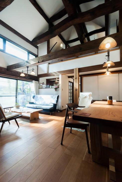 古民家移築のリノベーション/歴梁: 森村厚建築設計事務所が手掛けたリビングです。