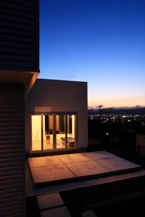 夕景 北西を見る: 久保田正一建築研究所が手掛けた家です。