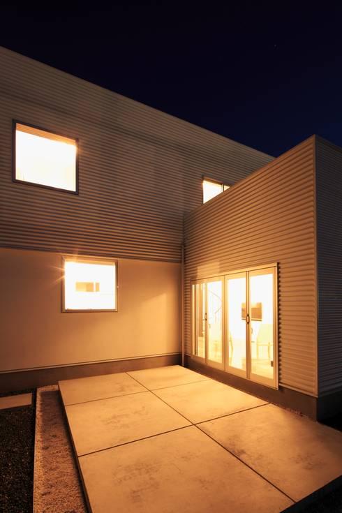 夜景: 久保田正一建築研究所が手掛けた庭です。