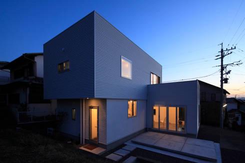 北東全景: 久保田正一建築研究所が手掛けた家です。