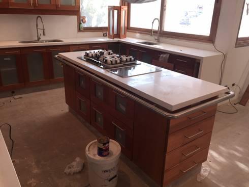 Remodelación de cocina; Cubierta en Cuarzo Beige; Muebles en Lamitech combinados con Vidrio.: Cocina de estilo  por MueblesIVS