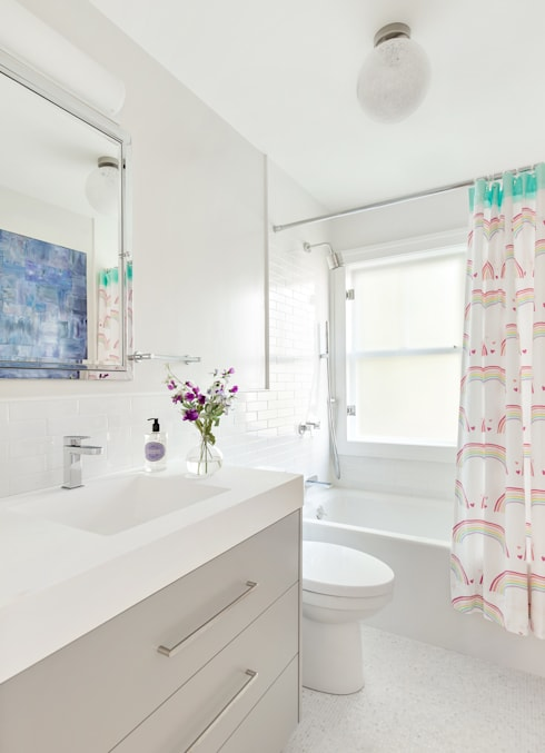Kids' Bath:  Bathroom by Clean Design