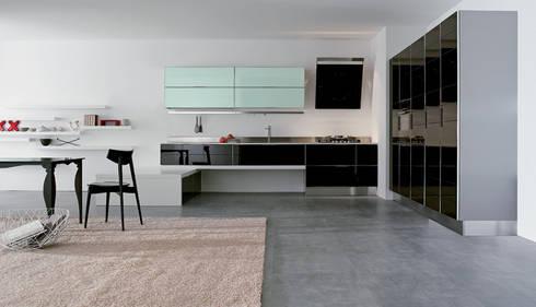 Con DuraGloss puede crear combinaciones sofisticadas para los espacios de su hogar.: Cocinas de estilo moderno por FORMICA Venezuela