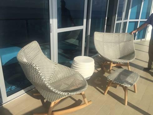 Terraza Camurí: Terrazas de estilo  por THE muebles