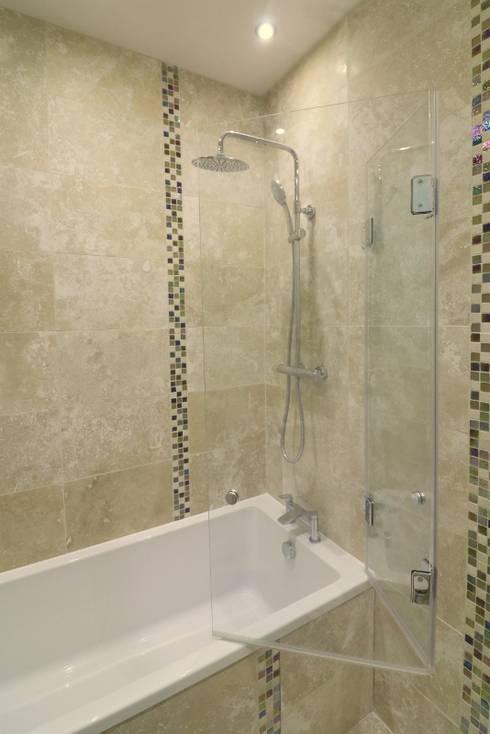 Folding frameless glass bathscreen : modern Bathroom by Ion Glass