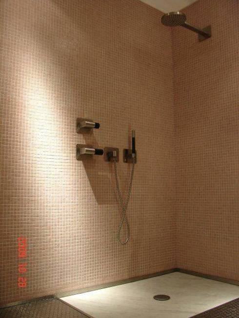 (0)Bathrooms/shower: Casas de banho ecléticas por Dynamic444