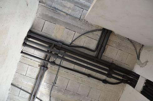 (2) Plumbing/canalizações (uma obra algures em Portugal): Casas de banho modernas por Dynamic444