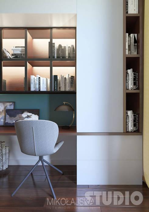 Gabinet: styl , w kategorii Domowe biuro i gabinet zaprojektowany przez MIKOŁAJSKAstudio