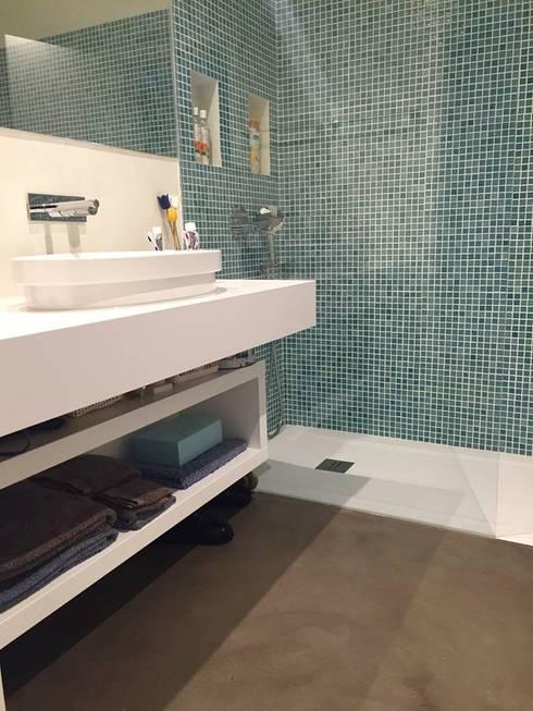 Casa de Banho em tons claros: Casa de banho  por 4Udecor Microcimento