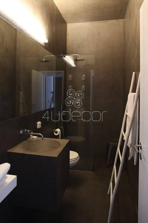 Casa de Banho em tons Escuros: Casa de banho  por 4Udecor Microcimento