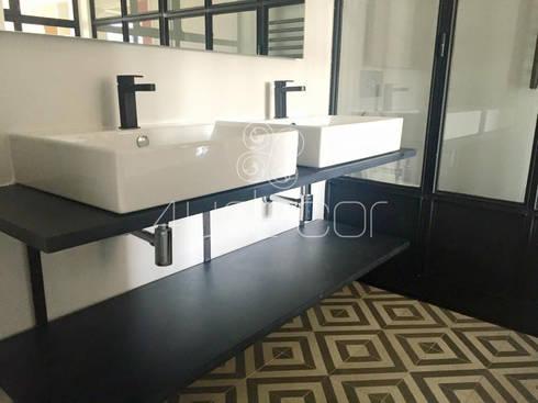 Casa de Banho com bancada revestida em Microcimento: Casa de banho  por 4Udecor Microcimento
